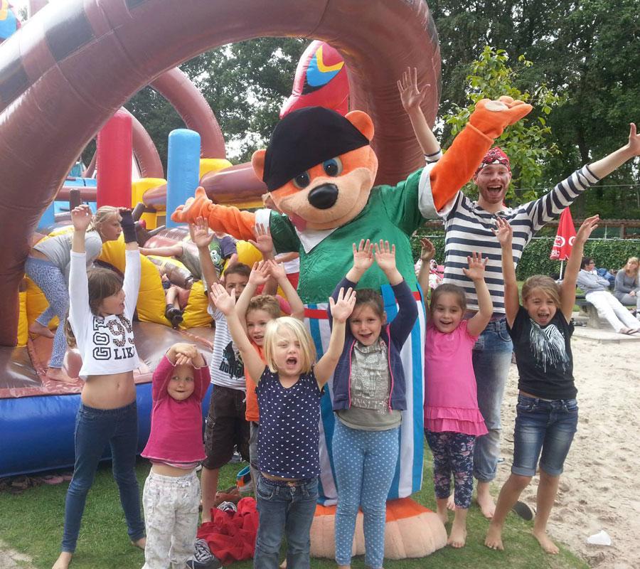 Kinderfeest mascotte met kinderen