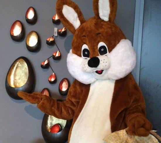 Paashaas mascotte deelt chocolade eitjes uit in winkelcentrum - BEM Entertainment